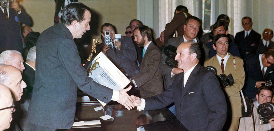 """Nel 1968 il Cavaliere Luigi Granieri riceve il Premio Europeo """"Mercurio d'Oro""""   In 1968 Luigi Granieri (Knight of Labour) receives the Gold Mercury Award. - © Copyright Elcom System Spa - Tutti di diritti riservati / All rights reserved"""